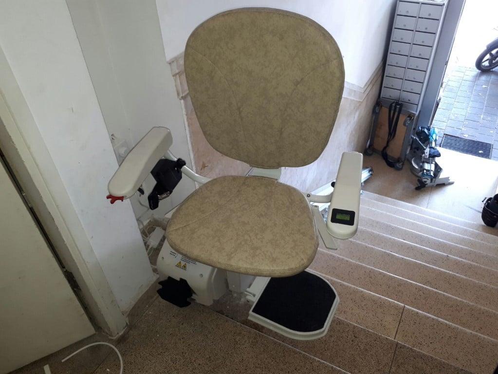 מבט מלמעלה - כסא מעלון אנכי