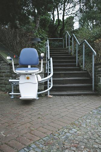 מעלון כיסא מתעקל, מעלון ביתי במדרגות חיצוניות לבית