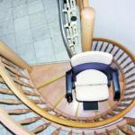 מדרגות מתעקלות צרות במיוחד. הפתרון? מעלון כסא מתעקל HIRO 160Q