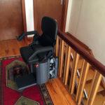 גם מדרגות עץ ניתן להתקין מעלון כסא מתעקל HIRO 160Q