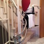 גרם מדרגות צר במיוחד. פתרון- מעלון כסא מתעקל HIRO 160Q
