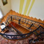 גרם מדרגות צר ומעלון הירו לפתרון