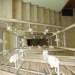 מדרגות צפופות בבניין. בניית מוטות עד קומה שלישית. מעלון כסא מתעקל HIRO 160Q