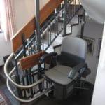 גם הכיסא מתקפל באין שימוש במעלון כסא מתעקל HIRO 160Q