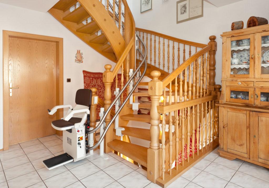 מעלון מדרגות בעיקול זווית 90 מעלות. פתרון אידיאלי מעלון כסא מתעקל HIRO 160Q