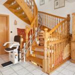 מדרגות בעיקול זווית 90 מעלות. פתרון אידיאלי מעלון כסא מתעקל HIRO 160Q